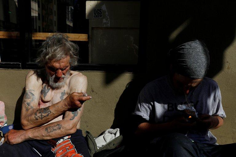 Un hombre se inyecta fentanilo en San Francisco (Reuters)